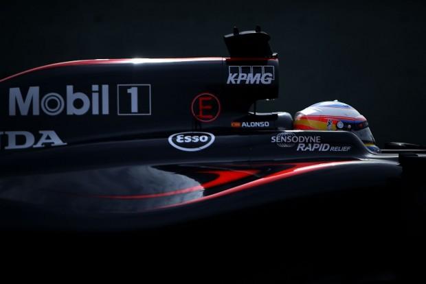 F1: Alonso szenved az autóban, de kibírja