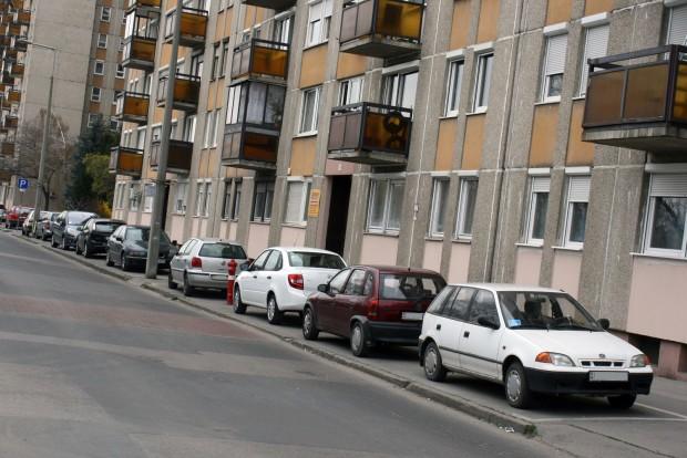 Utcakép egy viszonylag drága budapesti lakótelepen, a XIII. kerületi Párkány utcában. Kár lenne leszólni a Grantát, az ország lakosságának nagyobbik fele kisebb értékű autókkal közlekedik
