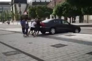Óriásit küzdött egy mercis a miskolci sétálóutcán