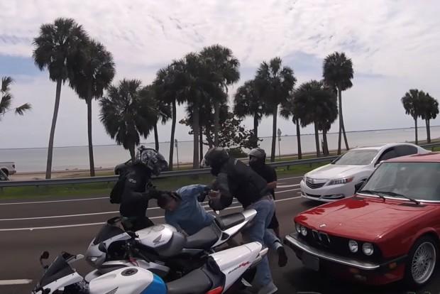 Kemény balhé motorosok és egy BMW-s között