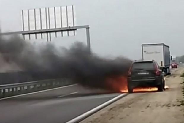 Így lángolt egy Volvo az M85-ösön
