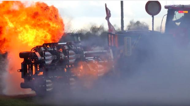 Ami ezzel a brutál traktorral történt, még a borulásnál is rosszabb