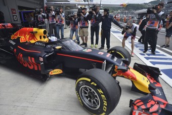 F1: Júliusig dönteni kell a fejvédőről