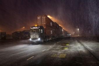 Így húz el egy teherautó 750 tonnát