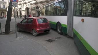 Újabb autós, aki kivégezte a tömegközlekedést