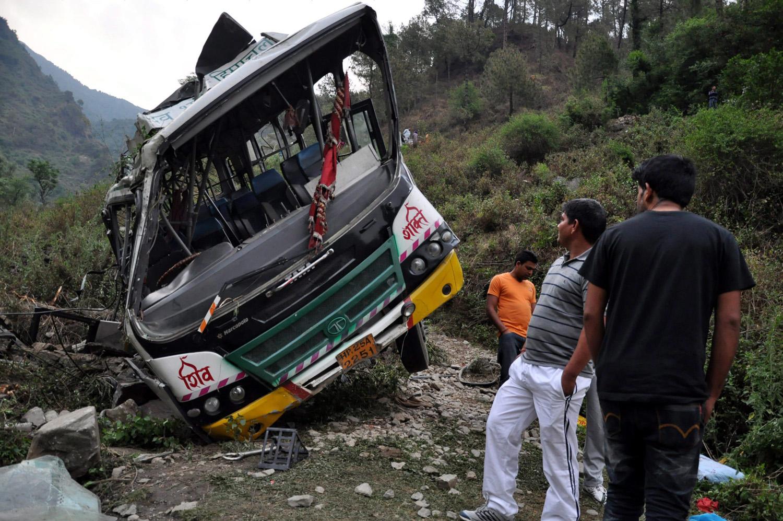 Golu, 2016. május 8. Egy busz roncsa Golu közelében 2016. május 8-án, miután az éjjel a jármû szakadékba zuhant a Himácsal Prades indiai szövetségi államban fekvõ településnél. Tizenkét ember életét vesztette, negyven megsérült. (MTI/EPA/Szandzsaj Baid)