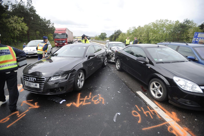 Inárcs, 2016. május 14. Sérült jármûvek az M5-ös autópályán, Inárcsnál, ahol nyolc autó ütközött össze 2016. május 14-én. A balesetben több ember megsérült. MTI Fotó: Mihádák Zoltán