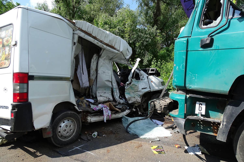 Gyomaendrõd, 2016. május 17. Összetört  furgon és teherautó a 46-os úton, Gyomaendrõd és Nagylapos között, miután a jármûvek összeütköztek 2016. május 17-én. A balesetben a furgon utasa életét vesztette. MTI Fotó: Donka Ferenc