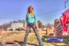 11 éves kislány cseréli a traktor kerekét