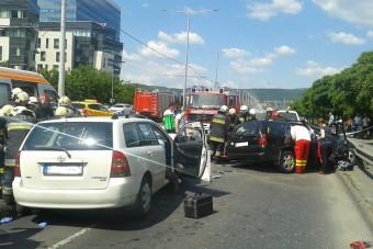 Ezért dugult be az Árpád híd környéke, fotók a balesetről