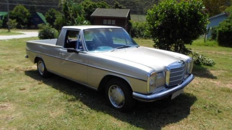 Egy 1971-es Mercedes 220D adta az alapot, az eredeti dízelmotor helyén V8-as Lexus blokk pöffeszkedik, automata váltójával egyetemben.