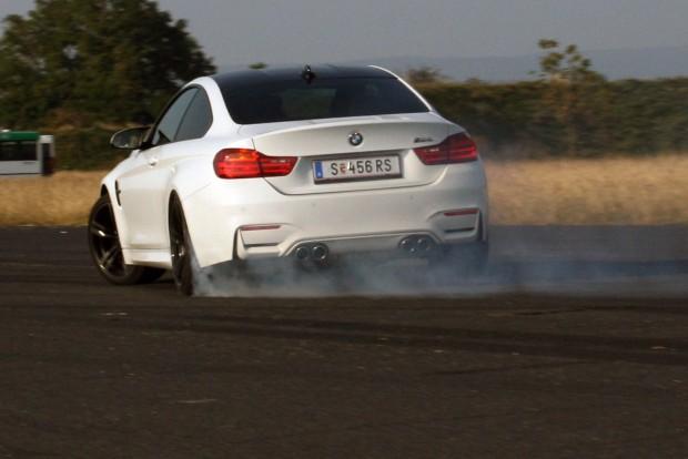 Élményben az M4 lelépte a sportautóként nehezen értelmezhető hibridszobrot, a BMW i8-ast