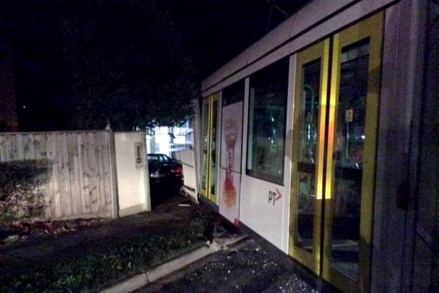 Kisiklott villamos rombolt le egy családi házat