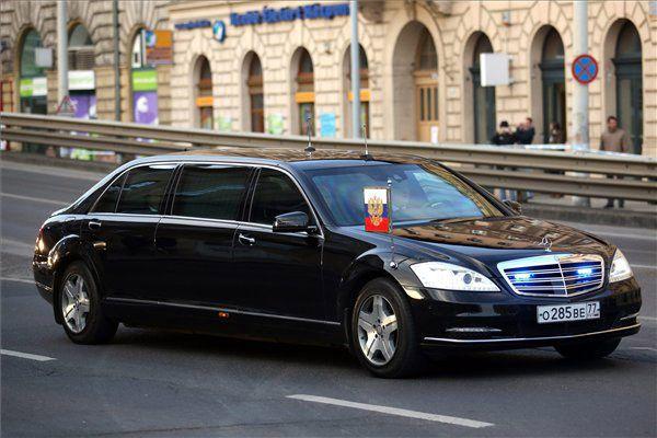 Vlagyimir Putyin péncélozott Mercedes-Benz Pullmannal utazott Budapeseten