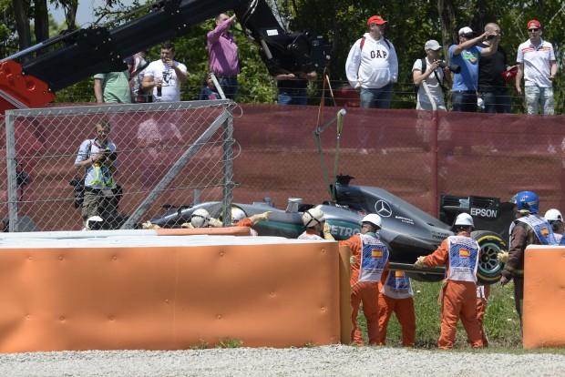 F1: A mercisek megúszták a büntetést, Hamilton bocsánatot kért