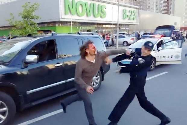 Hét rendőrrel bunyózott az olimpikon a nyílt utcán