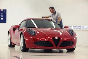 Így készül az Alfa Romeo 4C, ami autóipari mértékkel valódi kézműves munka