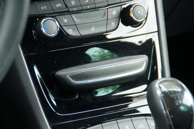 Levehető illatosító (a képen) vagy mobiltartó pattintható a klímakonzol alá