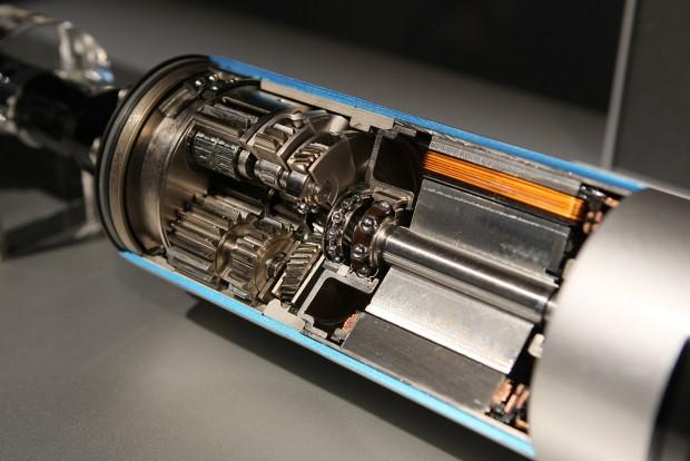 Áttételeken keresztül 1200 Nm-es nyomatékkal csavargatja a stabilizátort ez a motor