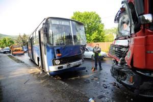 Súlyos sérültek Budán: busz, kukásautó és személyautó ütközött