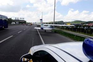 Repülő szállt le az M1-M7-esre Budaörsnél