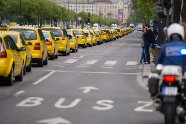 Tüntetnek a taxisok, lezárták az Erzsébet hidat