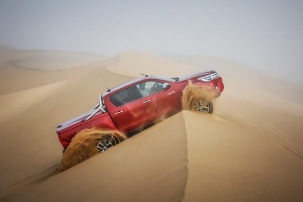 Addig nem szabad fékezni, amíg át nem billen a kocsi a homokdűne tetején, különben elagadunk