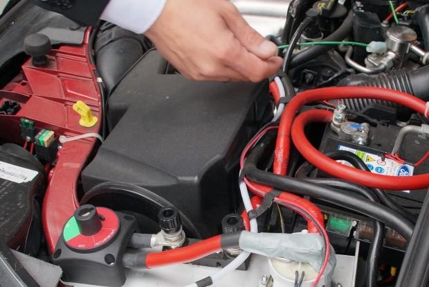 A mérnökkéz alatt a kábelköteg egy kis demonstrációs eszköz: a fehér kábel a 48 voltos, a piros azt jelzi, hogy milyen vastag vezeték kéne, ha 12 volton akarnánk közlekedtetni a 7kW-ot