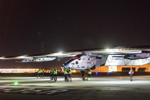 Leszállt a napelemes repülőgép világ körüli útja legutóbbi szakaszán