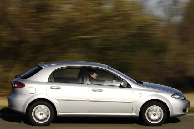 Hazai taxisok ezrei keresték kenyerüket 400-500 000 kilométerig nyüstölt Nubirákkal és Lacettikkel. A limuzin formáját a Pininfarina, a ferdehátúét az Italdesign, azaz Giorgetto Giugiaro stúdiója jegyzi. Az autó kényelmes, nagy a hátsó lábtere, az ötajtóst leszámítva csomagtartója is tágas. A típus hátránya a motorválaszték. A kevéssé takarékos dízel cseppet sem vonzó, az 1,6 és az 1,8 literes viszont városban nagyon falánk. Marad az 1,4-es benzines, amely a kombihoz sajnos nem, de a lépcsőshátúhoz és az ötajtóshoz elérhető volt.