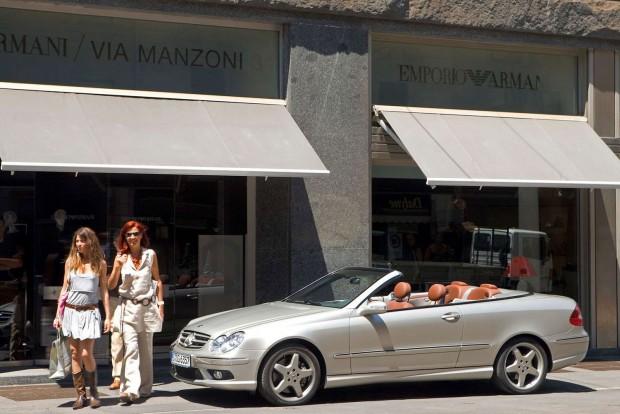 Egy kupé Mercedes-Benz sokáig csak eltüntethető B-tetőoszloppal volt elképzelhető. A kupéideálhoz közel áll a CLK második generációja, amelynek sziluettje szépen kiemelhető az oldalablakok leengedésével. Használtan a C209 jelű kupéhoz és a Karmann-nál gyártott A209 kabrióhoz a legstabilabb megoldás a 240-es, az M112 E26 kódú 2,6 literes V6-tal, de a mechanikus feltöltőktől sem kell tartani az 1,8-as CLK 200 Kompressorban. Dízelmotor 4-5-6 hengerrel is létezett. Évjáratban 2004 júliusa után készült autókra érdemes rámenni, amelyek futóműve agilisabb lett, megőrizve az autó kényelmét.