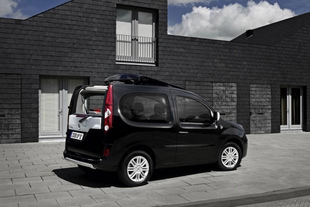Csak külföldi behozatallal érhető el a második generációs Kangoo legmókásabb változata. A derűt sugárzó autó tetejének hátsó része lenyitható, az utasok a csomagtér felől is beszállhatnak a két hátsó ülés között. Újonnan szinte kutya nem vette a tömzsi, 3,9 méteres bulimobilt, használtan annál jobban tartja az árát, mert a Mobile.de is csak 12 autót hoz. Az 1,6-os szívó benzines alternatívája az 1,5 dCi dízel, áruk 6500 eurótól (2 050 000 Ft) megy felfelé, plusz a hazai közterhek.