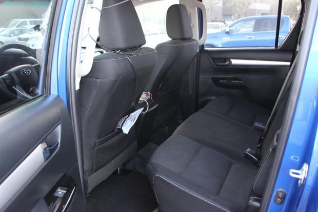 A hátsó ülőlap felhajtható, így jelentős hely juthat a csomagoknak itt is