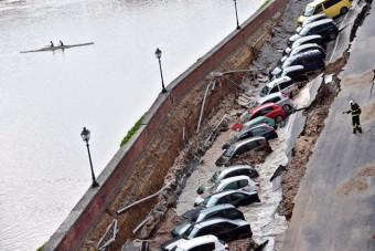 Beszakadt az út, egyszerre húsz autót nyelt el