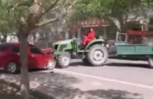Csúnyán elbánt a traktoros az illegálisan parkoló autókkal