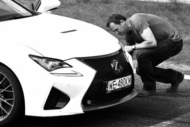Ben Collins, a Top Gear időmérő pilótája, a korábbi Stig is itt volt autóztatni. Amikor megunta a bújkálást, kilépett a stábból és könyvet írt élményeiből