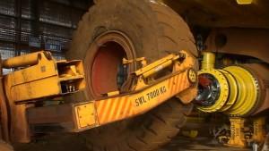Így cserélik ki a hatalmas bányagép óriási kerekét