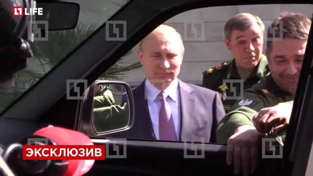 Putyin előtt esett le az UAZ kilincse