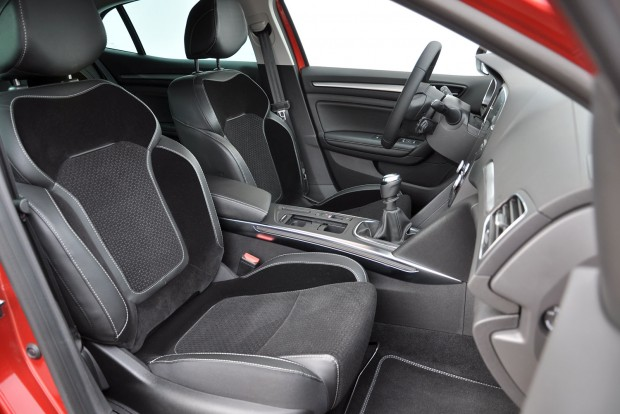 A majdnem-fullos változatban műbőr és plüss az üléskárpit