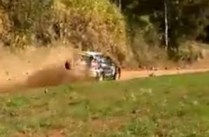 Kővel dobott meg egy nézőt a rally autó