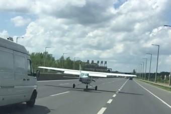Videón az M1-M7-esen landoló repülőgép