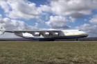 Így landol a világ legnagyobb repülőgépe