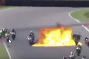 Horrorbaleset pokoli lángokkal a motorversenyen