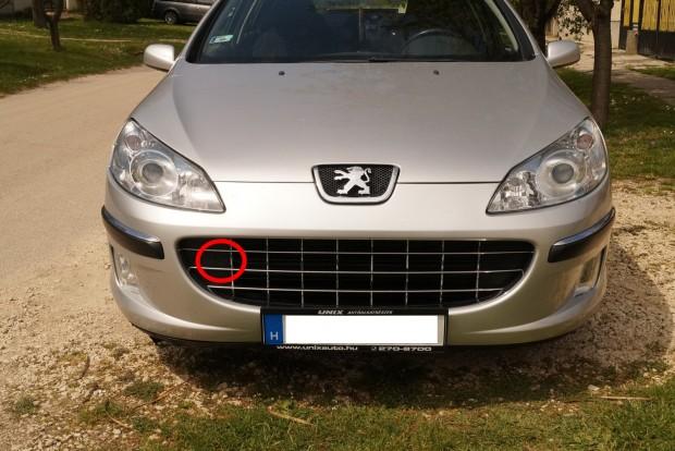 Peugeot 407: elegánsan eldugták a vonószem menetének fedelét a jégkockatartóba