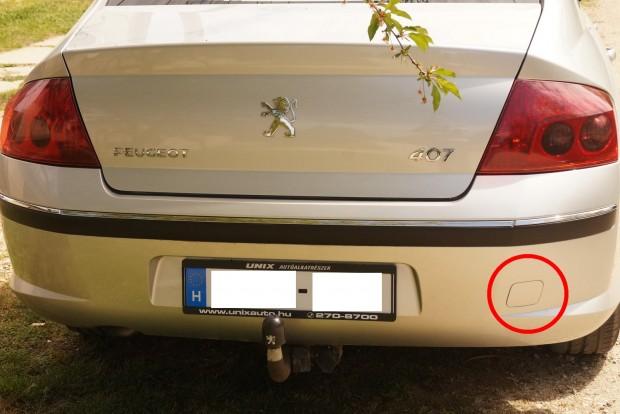Hátul a tipikus kupakos takarás a Peugeot 407-en