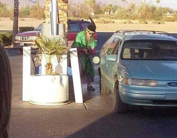 weird-people-at-gas-stations-1