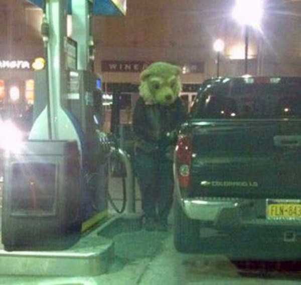 weird-people-at-gas-stations-2