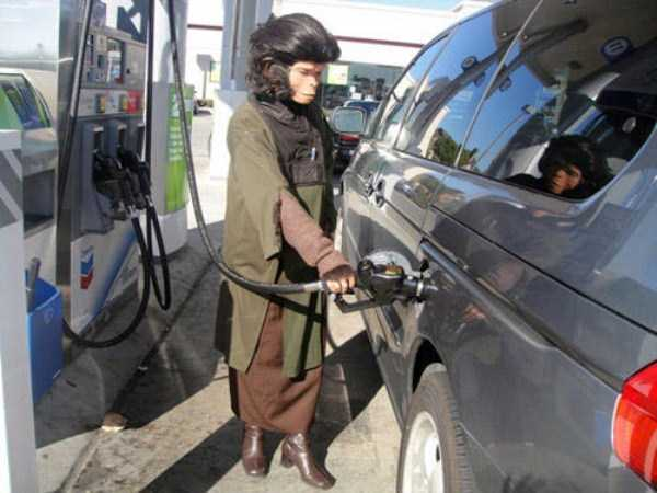 weird-people-at-gas-stations-5