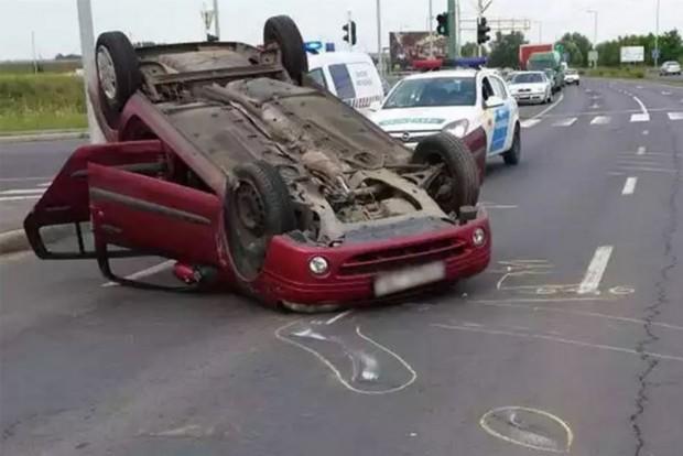 Tetőre vágtak egy autót Miskolcon, de hogy!? – Videó