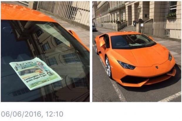 Arrogánsan játszik: a szabálytalanul parkoló autó szélvédője mögé kitette az újságot, amiben korábbi parkolási afférjáról írtak